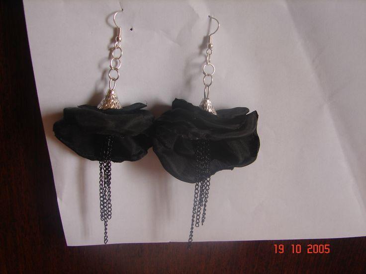 boucles d'oreilles fleur en tissu et chaînette noires grandes pendants fait main : Boucles d'oreille par nalisade