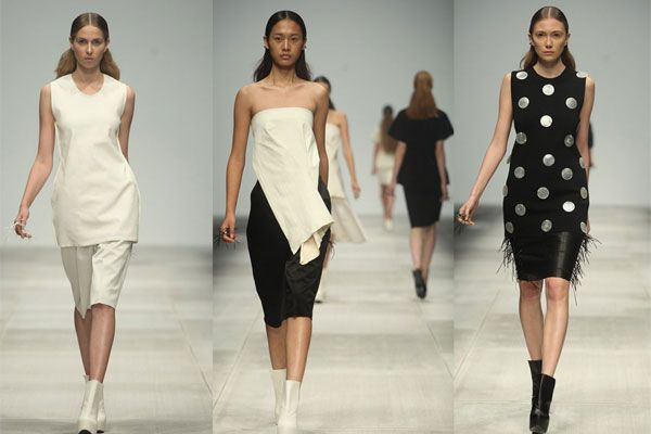 Nel 2010, QIU HAO è stato inserito tra le 25 personalità più importante nel campo della moda cinese, da Forbes.