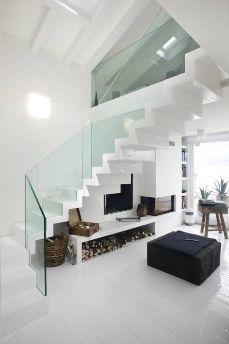 Scala a sbalzo con alzata : Ingresso, Corridoio & Scale in stile  di Thomaseth