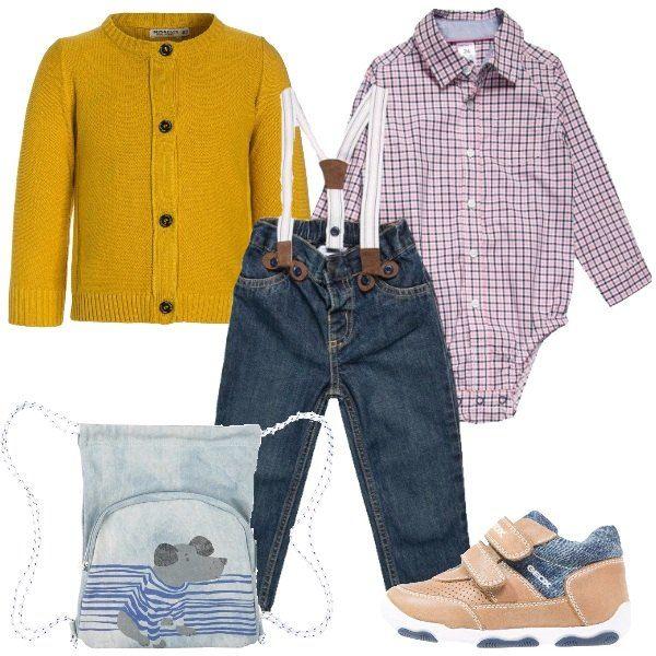 Total look pensato per il tempo libero di un bimbo da zero a due anni. Il total look è formato da un cardigan in cotone, da un set formato da un jeans con bretelle e camicia a quadretti rosa, bianchi e blu, da una sacchetta in jeans con stampa e per finire da un paio di scarpe con velcro color caramello e jeans.