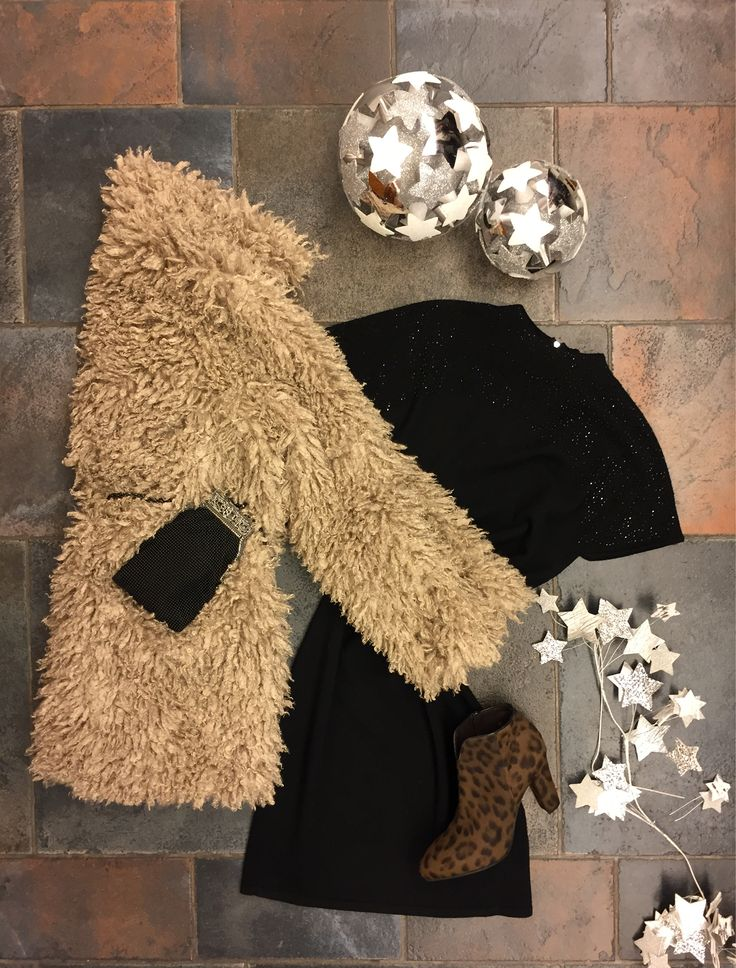 Christmas mood. Botas de leopardo, un clásico vestidito negro, bolso-joya y muchas estrellas!  Leopard print leather boots, jewell clutch, #littleblackdress with strass, and lots of stars!