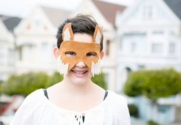 This class with Courtney Cerruti teaches you to make a no-sew fox mask for a homemade kids Halloween costume. Courtney shows how to use a template to cut and assemble the felt mask, as a great Halloween costume idea. - Creativebug