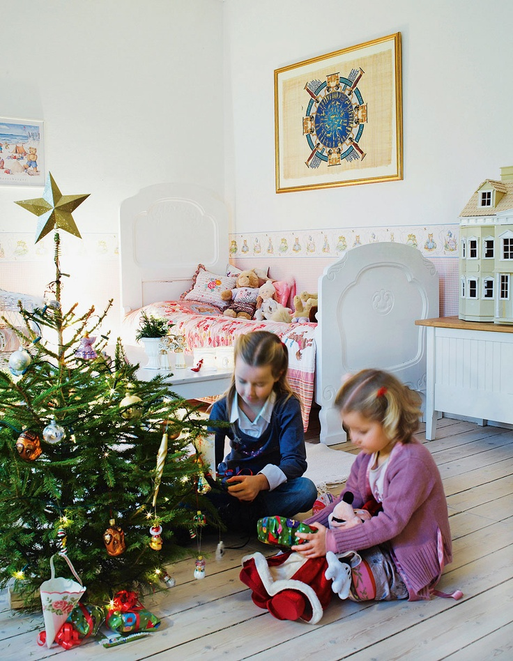 Jul på børneværelset  Anne-Marie Jensens døtre har fået eget juletræ med pynt og stjerne på et af børneværelserne på 1. sal.