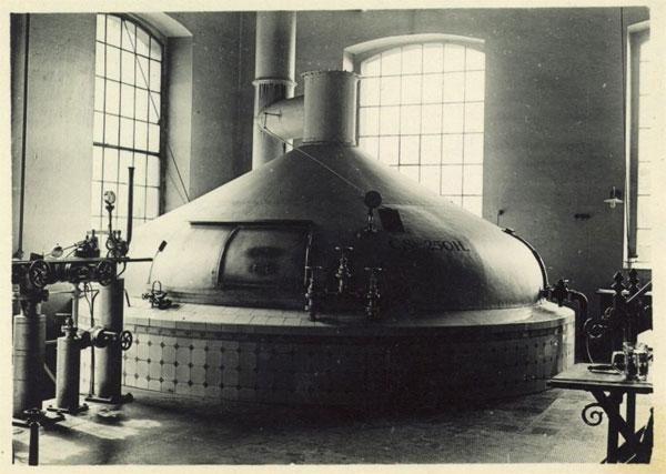 """Вследствие резкого роста спроса на пиво, в Чешских землях в последней трети 19-го века группа пивоваров в Чешских Будеёвицах, при поддержке чешского капитала, решила создать собственный пивоваренный завод. В результате 15 апреля 1895 года была основана Чешская акционерная пивоваренная компания, наследником которой является нынешнее предприятие """"Будвайзер Будвар"""", продолжающее традиции Будеёвицкого пивоварения под марками """"Будеёвицкий Будвар"""" и """"Будвайзер Будвар""""."""