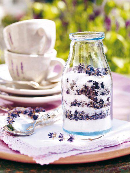 Lavendelzucker:  Versüßt Joghurt, Milchshakes oder Crêpes: Blüten mit Zucker schichten und ein paar Wochen im geschlossenen Glas ziehen lassen.
