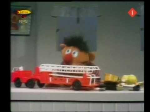 Bert & Ernie - Ernie verdeelt zijn speelgoed in groepen