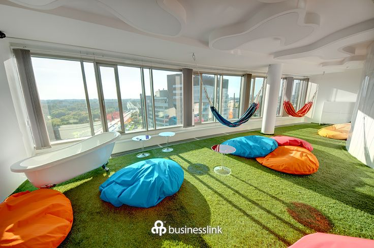 Laboratorium Kreatywne - to miejsce nie ma nic wspólnego z nudną biurową przestrzenią. Hamaki, kolorowe pufy, a nawet wanna to elementy designerskiego wystroju. Zarówno na szkolenie jak i warsztaty, burzę mózgów oraz imprezę firmową. #salekonferencyjne #businesslinkzebra #zebratower #konferencja #businesslink