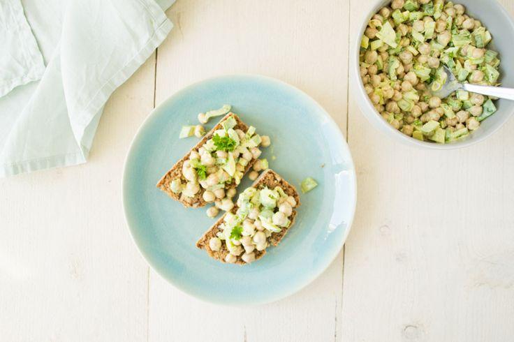 Aardappelsalade, tonijnsalade. Je ziet ze vaak bij de bbq. Ik maakte er een gezonde variant van: deze kruidige kerrie kikkererwten salade!