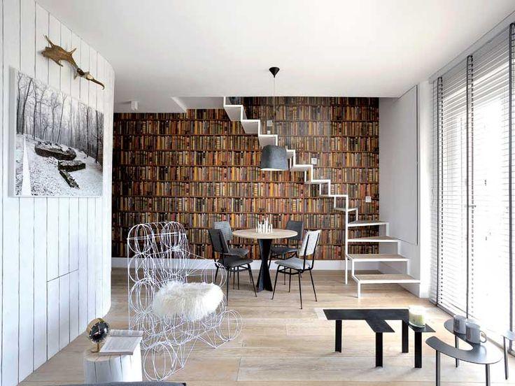 Nella zona pranzo, tavolo con piede in ferro e piano in legno su disegno dei progettisti; sedie anni Sessanta rivestite in tessuto tweed; su...