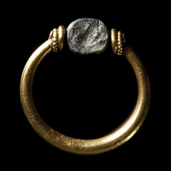 Winged sea-horse. Etruscan scarab in gold ring, 330 BC-100 BC Quartz, gold. 0,5 x 0,6 cm Inventory number: I40