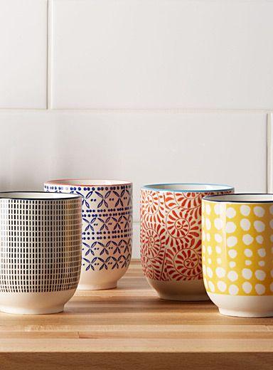 Exclusivité Simons Maison - Un assortiment éclectique pour égayer l'heure du thé entre amis - Porcelaine aux motifs variés et aux coloris éclatants qui s'harmonisent à merveille - Va au lave-vaisselle et au micro-ondes - Articles coordonnés également disponibles - Ensemble de 4 par emballage - 2,75 pouces de diamètre
