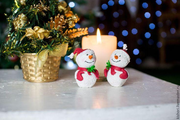 Хотела поделится интересным способом создания милого снеговика из полимерной глины. Такого снеговика можно использовать в качестве новогоднего сувенира, елочной игрушки или поделки в школу или детский сад. Создается он очень просто, поэтому к творческому процессу можно подключить детей. Сам мастер-класс содержит только «канву», поэтому выбирать цвета, размеры и декорировать снеговика вы можете на свой вкус и цвет! Здесь нет предела фантазии!