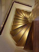 Warm witte led verlichting in midden van traptreden