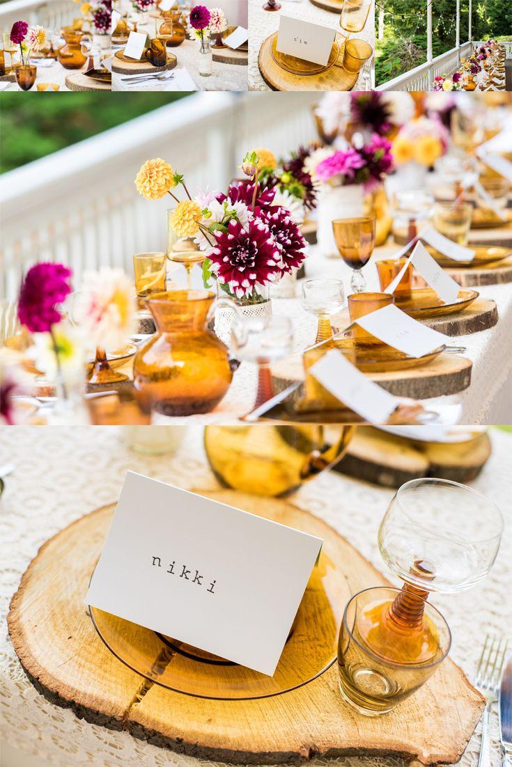 Een prachtige gedekte tafel op je bruiloft. Met stukken gezaagd hout als onderzetters, mooie bloemen en de kleuren paars, wit en geel als hoofdthema. Schitterend!  #diner #bruiloft #paars #geel #diy #hout #wedding #dinner #table #dinnertable #tafelschikking