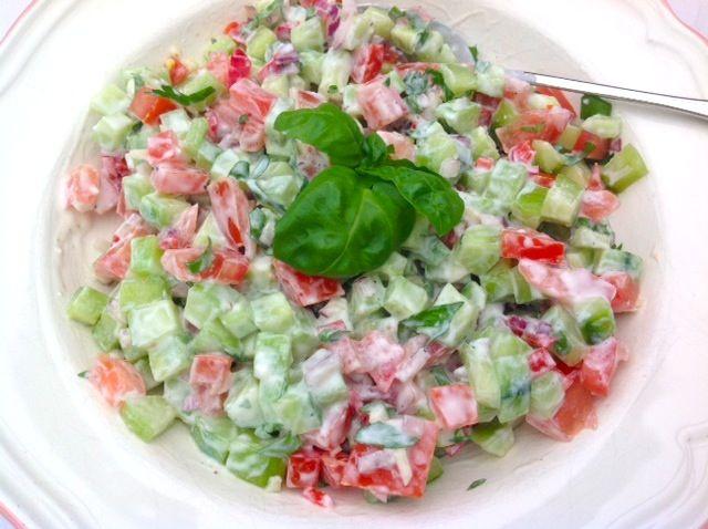 Frisse zomersalade, komkommer, tomaat, ui, rode peper, basilicum, creme fraiche, zout peper, knoflook, basterdsuiker