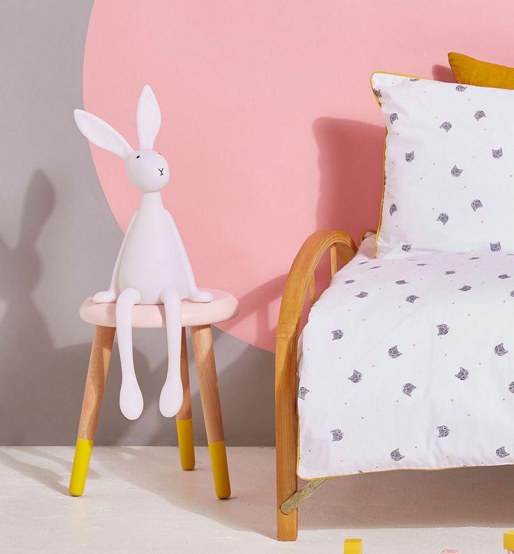 Joseph er en utrolig søt kaninlampe til barneværelset fra franske Rose in April. Kaninen vil sitte flott på en hylle, et bord eller en stol og vil være en god kamerat for barn som vil ha litt lys på rommet når de skal sove. Hodet kan dreies i ulike posisjoner og den har et behagelig varmhvitt lys. Alle lampene er håndmalte og det kan være små forskjeller fra kanin til kanin.