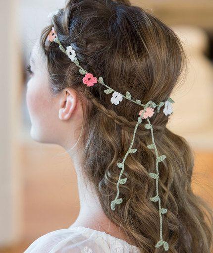 corona de flores tejidas