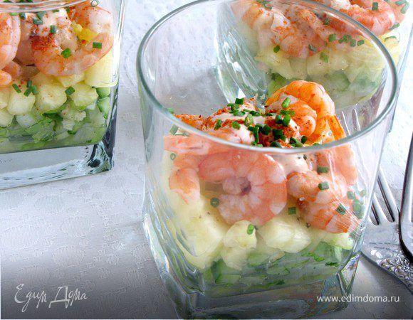 Салат-коктейль с креветками и ананасом. Ингредиенты: салат, сельдерей, огурцы свежие
