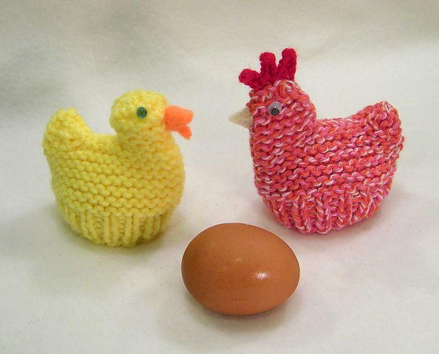 Påskekyllinger og -høner. Små æggevarmere til påskebordet. De er her strikket i bomuld, men akryl kan også bruges. Pinde 4.