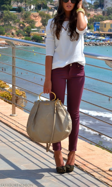 raspberry jeans + huge beige bag