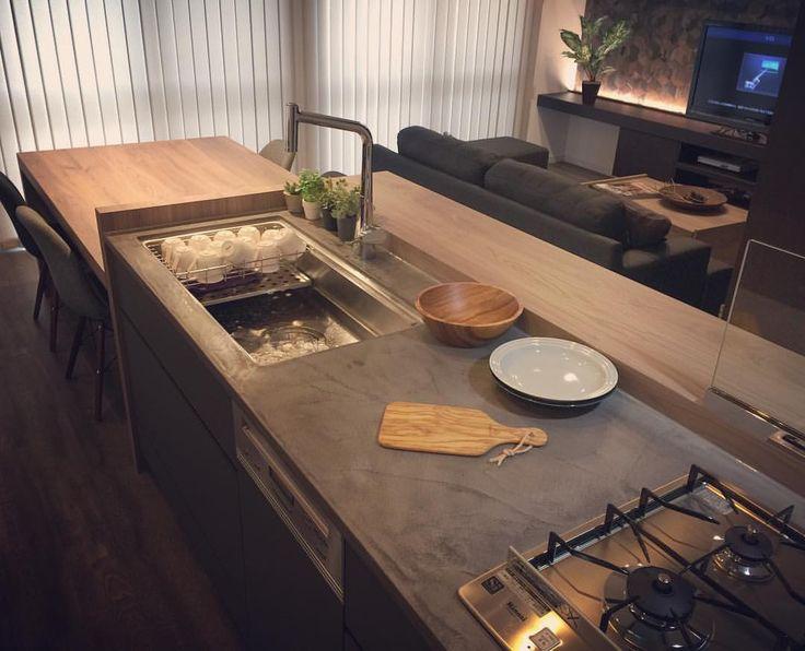 モールテックスを天板に使用オーダーキッチン事例です。ステンレスや人大に飽きてしまった人へ。ハンドメイド感がモルタルという素材をどこか温かいイメージにしてくれます。 #ミーレ #モールテックス#樹脂モ - alphahome