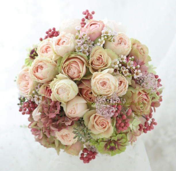 今日の一枚です。クランベリー色のドレスに、ニュアンスカラーのピンクで、でも渋くなるのではなく可愛い花で。表参道にあるアンカシェット様へお届けしました。淡い...
