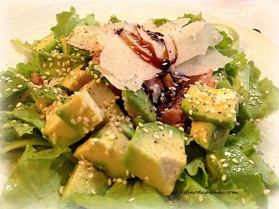 il cestino da pic nic: l'insalata con avocado, tonno e semi di sesamo