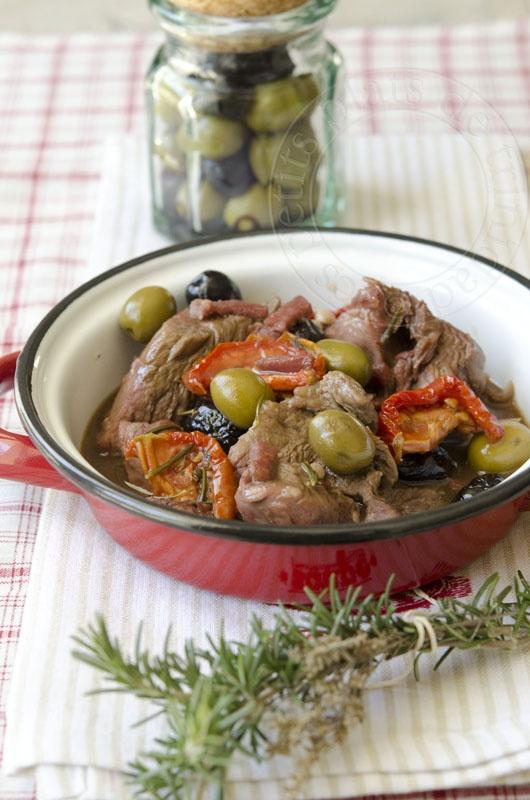 Sauté de veau aux 2 olives, aux tomates confites et au romarin