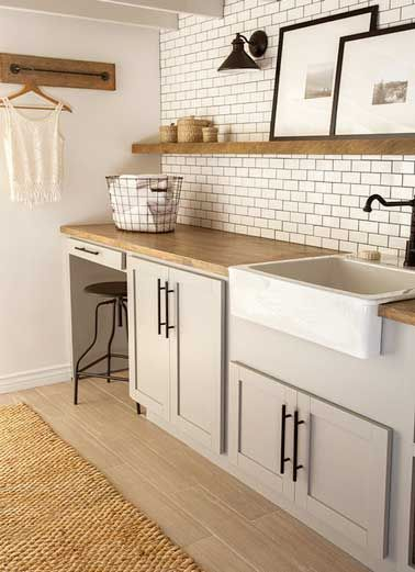 Carrelage métro et etagères bois dans une cuisine vintage