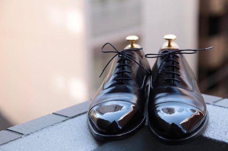 """Reposting @yutaso24: ... """"靴磨きました👞✨ ・ ・ 今回は、【エンツォボナフェ】 ・ ・ キャップトゥのシンプルな顔とフォルムがたまらない。笑 ・ ・ 鏡面も上手くいって、 気分の良い一日😁🎶笑 ・ ・ ステインリムーバーで汚れ落とし後、 サフィールのクレムとワックス、 仕上げはミラーグロスを使用しました。 ・ ・ 靴磨きする度に感じるけど、 ワックスの重ね方、タイミング、水の量、磨くリズムが、実に奥深い。笑 ・ ・  #靴磨き #靴バカ #エンツォボナフェ #enzobonafe #足元倶楽部 #足元クラ部 #革靴 #靴磨き楽しい #経年変化 #スナップ #コーデ #コーディネート #snapshot #shoes #code #fashion #foto #靴バカ #pic #picture #鏡面磨き #靴磨き好きな方と繋がりたい #enjoy #canon #eos6d #camera"""" Shoes"""