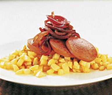 Enkelt, lättlagat och smakfullt är detta recept på stekt falukorv med bräserad rödlök. Den stekta korven tillsammans med tärnad potatis och stekt lök ger dig en uppskattad och härlig vardagsmiddag.