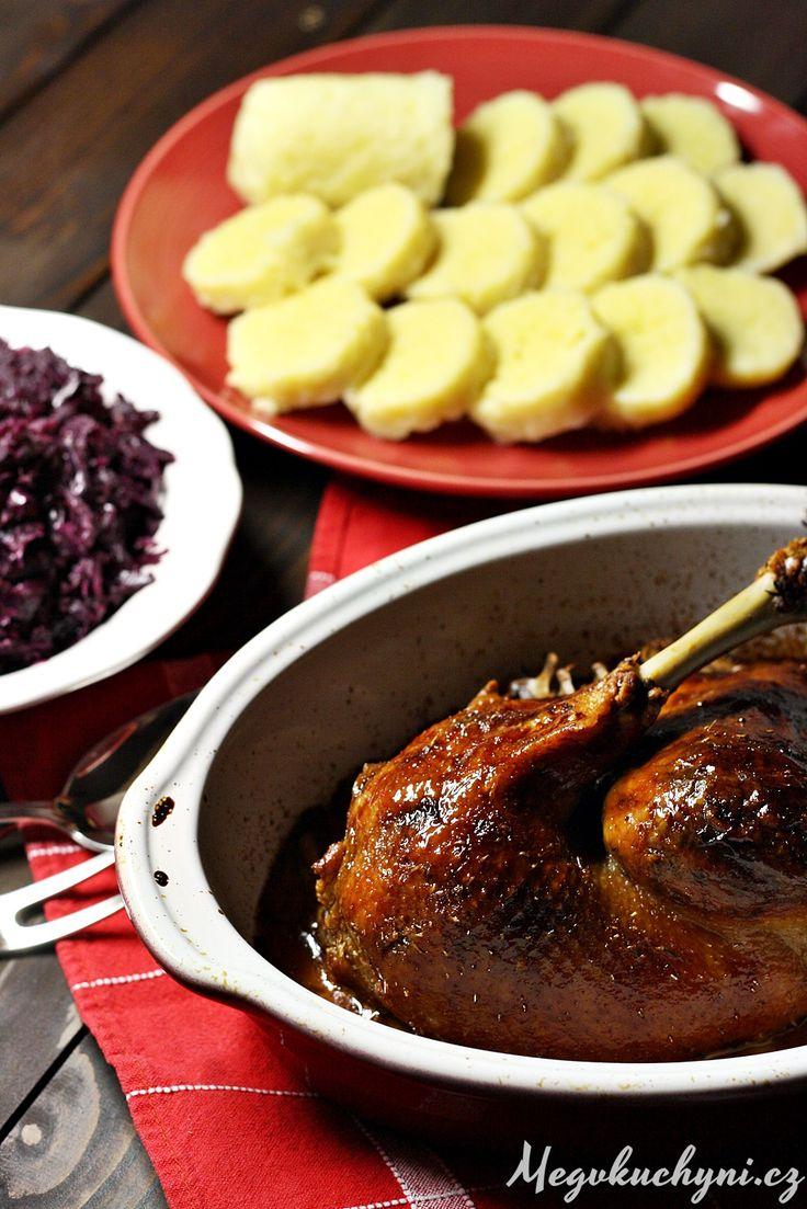 Konfitovaná husokachna s bramborovými knedlíky a červeným zelím dušeným na víně a jablkách | Duck confit with potato dumplings and cabbage with red wine