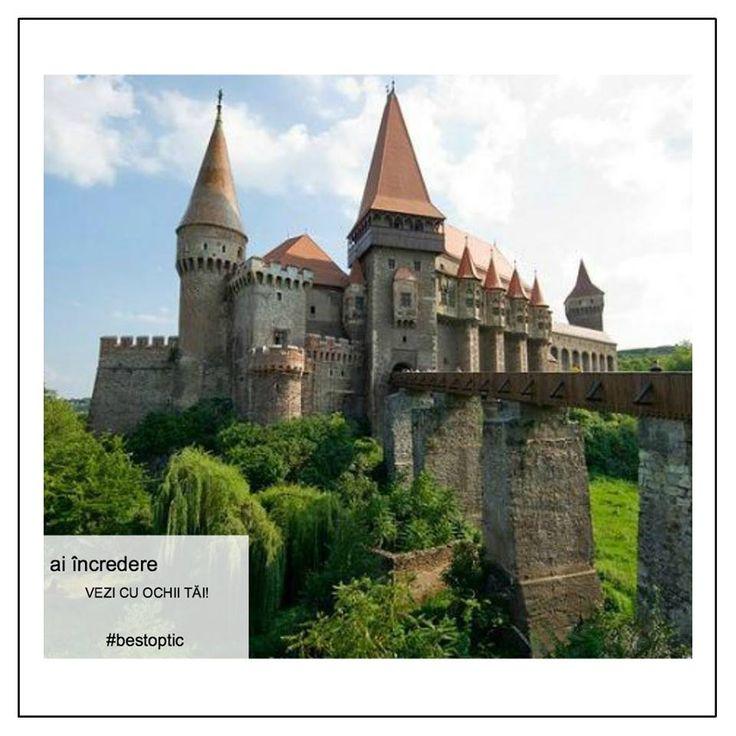 """Castelul Corvinilor poate fi o destinație de weekend care să-ți bucure retina, vara aceasta. Are 42 de încăperi, două terase, două poduri și o suprafață construită de 7000 metri pătrați. De aici, poți admira Turnul nou de poartă, de formă rectangulară, ce impresionează prin masivitate. Tot de aici se ajunge, cu ușurință, în închisoarea castelului, care păstrează o ușă mare de lemn, unde se spune că ar fi fost """" găzduit"""" pentru o vreme chiar Vlad Țepeș.  #devazut #bestoptic #vacanta"""
