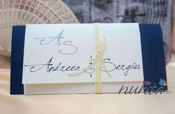 Invitatie de nunta cu snur Blue Script. O invitatie din trei feluri de carton imbinate armonios cu snurul si fontul deosebit pentru a crea un design cu aer clasic.