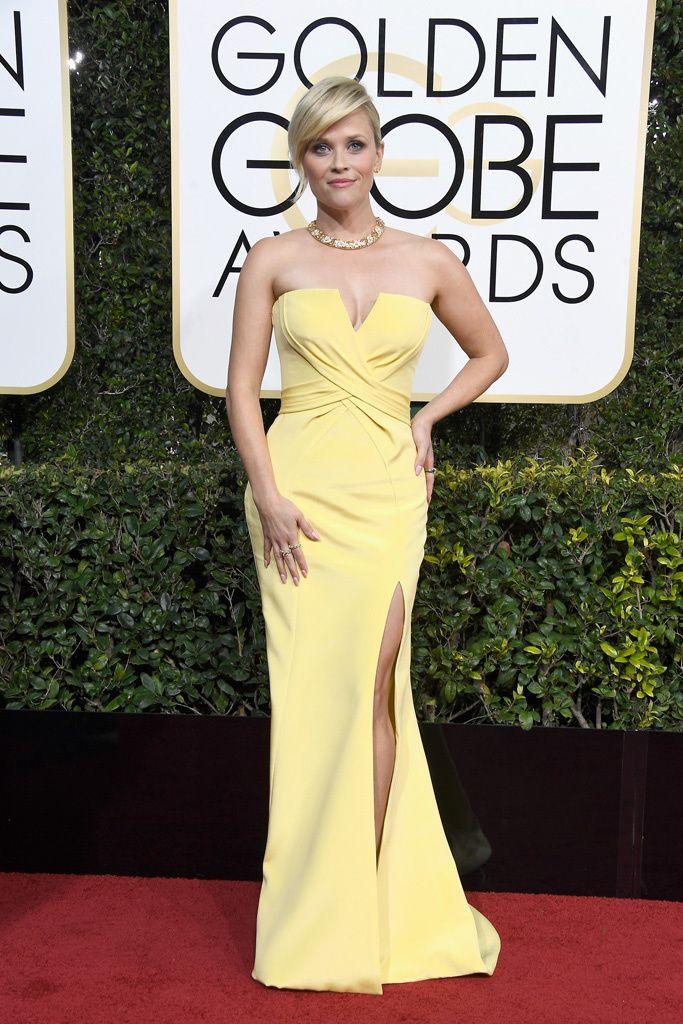 Reese Witherspoon  El vestido con escote cruzado y abertura en la falda es de Versace, mientras que los zapatos son de Christian Louboutin y las joyas, de Tiffany & Co.