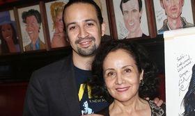 Oscars 2017: O Lin-Manuel Miranda βοηθάει τη μαμά του να διαλέξει φόρεμα για τα Όσκαρ   O Lin Manuel Mirand που είναι ιδιαιτέρως δημοφιλής από το μιούζικαλ Hamilton μόλις κατάφερε να κερδίσει την πρώτη του υποψηφιότητα στα Όσκαρ για το  from Ροή http://ift.tt/2lC8teL Ροή