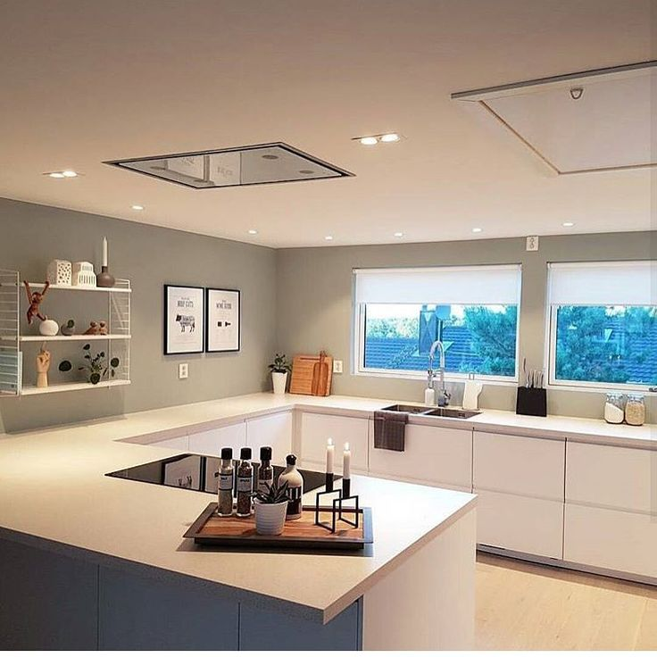 A medium size kitchen with light beige high-gloss doors and - k amp uuml che farbe wand