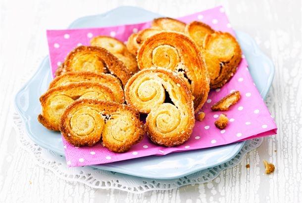 Rakkaalla lapsella on monta nimeä: Kanapee, Canapée tai Palmiers. Nämä rapeat, kahdelta puolen paistettavat voitaikinaleivonnaiset ovat kahvipöydän suosikkeja. Yksinkertaisilla ja hyvillä raaka-aineilla saa maittavat pikkuleivät. http://www.valio.fi/reseptit/kanapeet/