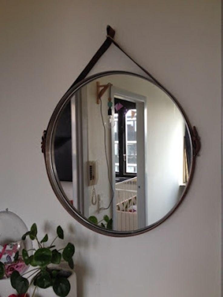 Vi har længe sukket efter de runde spejle med læderrem. Der er flere lækre designs fremme i tiden f.eks fra HAY og Gubi: De er simpelhen så smukke og dejligt o