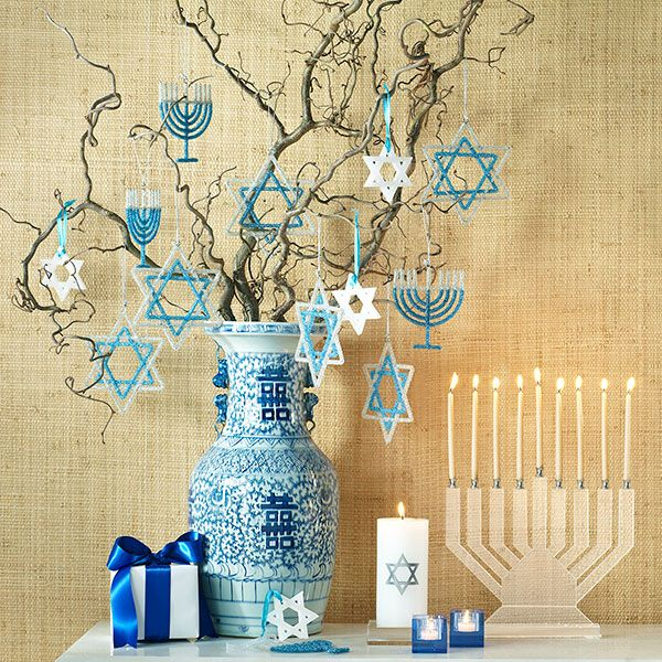 Hanukkah decor - blue white vase                                                                                                                                                                                 Mais