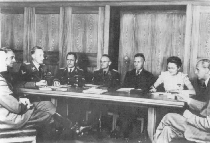 Принц-Альбрехт-штрассе Von links: Dr. Horst Böhme, Karl Hermann Frank, Reinhard Heydrich, Heinrich Müller, unbekannt, unbekannt, Sekretärin, Dr. Plötz und Walter Schellenberg
