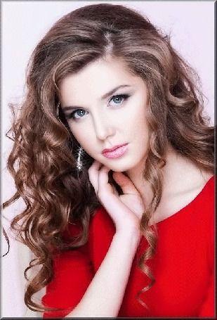 Анимация Красивая девушка с локонами в красном платье
