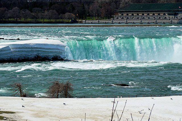 Fotostrecken - Wetter Bilder und Fotos - WetterOnline Diese meterdicke Eisplatte lässt erahnen wie dick der Niagara River zwischen Eriesee und Ontariosee zugefroren war. Bild: dpa