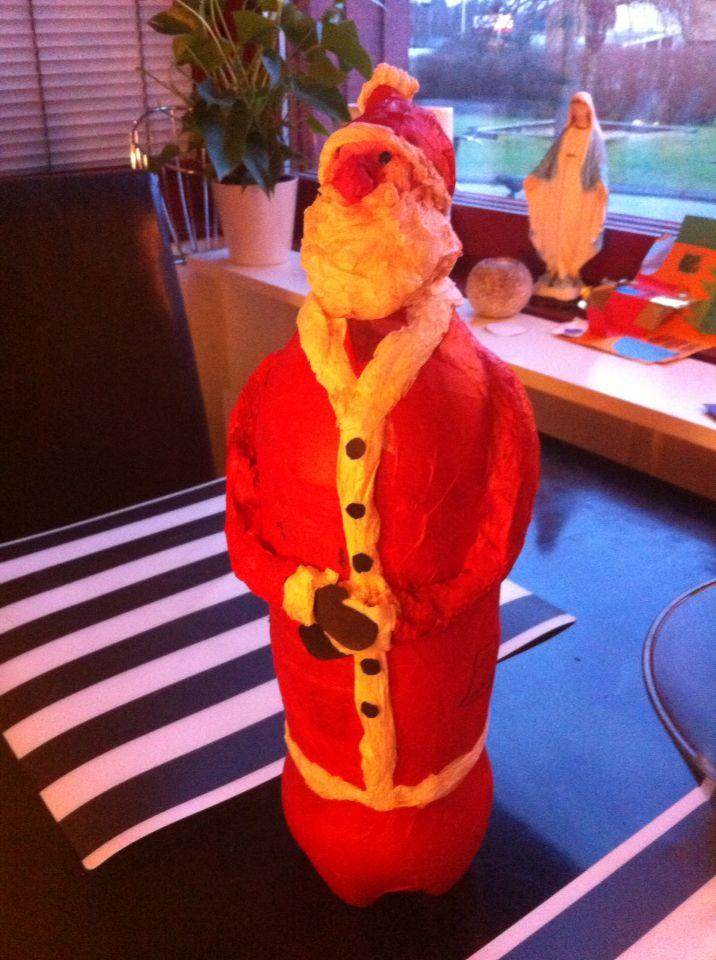 Jultomte på petflaskor med silkespapper och tapetklister. Santa on a bottle of Coca-Cola Cola and papier mache'