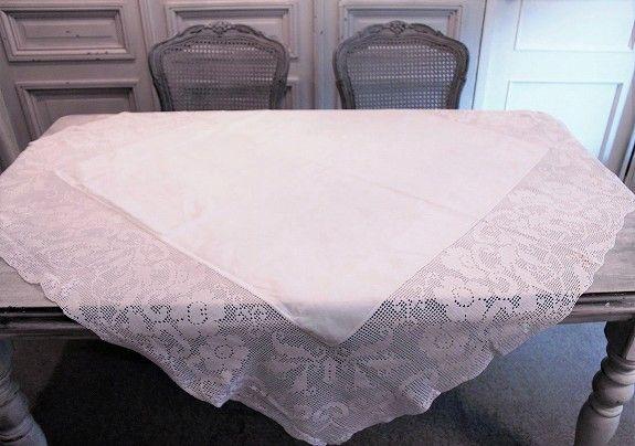フラワーモチーフを描いた幅広のクロッシェレース 優しいソフトピンクの色合いが素敵な英国アンティークリネン テーブルクロス クロッシェレース テーブルクロス リネン 生地