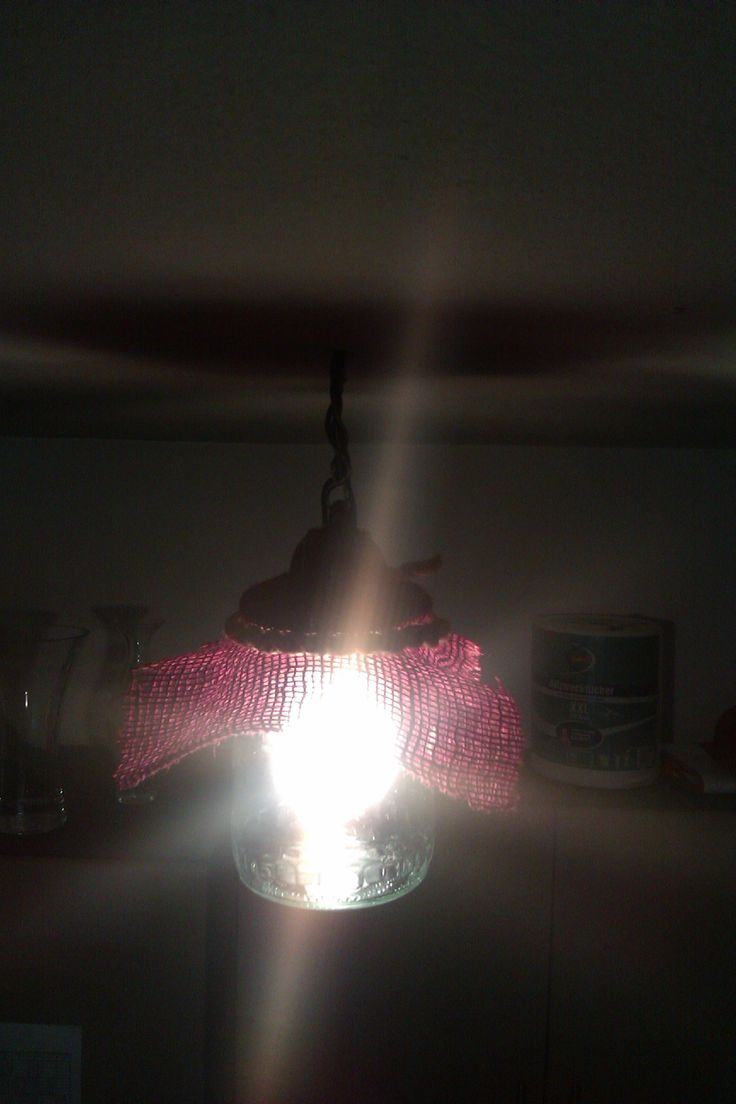 Číre sklo dobre prenáša svetlo.