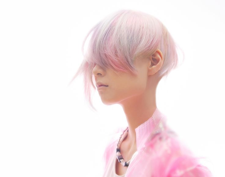Beautiful combination of pastel colours and a choppy asymmetric disconnected cut
