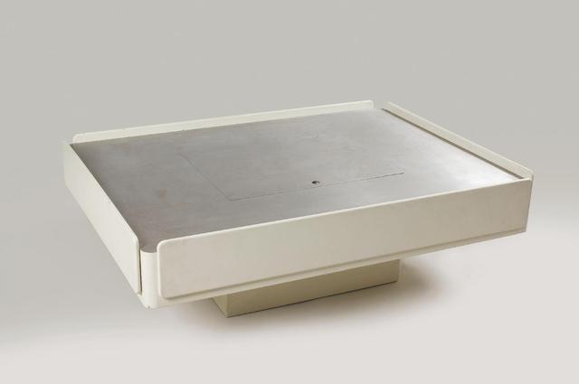 Vico MAGISTRETTI (1920-2006) - Edition Gavina 1962 Table basse, modèle «Caori» rectangulaire en bois laqué blanc. Le plateau en inox ouvrant par un tiroir, une trappe et un abattant découvrant des compartiments à disques. Haut. : 42 cm ; Long. : 127,5 ; Larg. : 95,5 cm Estimation 1 500 € - 2 000 € chez PESTEL-DEBORD le jeudi 25 juin à 14h00 à PARIS