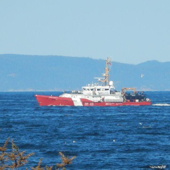 Un navire de la garde côtière etre au port.