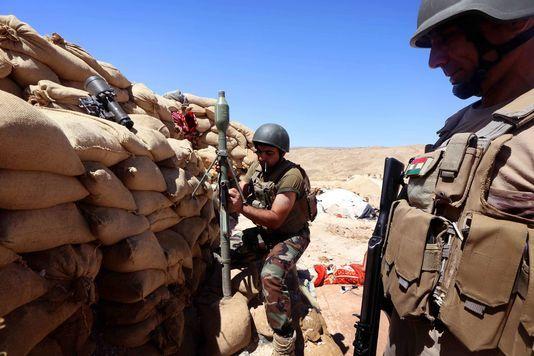 Les Etats-Unis ont contribué à repousser l'assaut avec des bombardements massifs en soutien des forces de sécurité kurdes, les Peshmergas, seules troupes au sol à s'opposer aux djihadistes dans la région. En savoir plus sur http://www.lemonde.fr/proche-orient/article/2015/12/18/l-etat-islamique-lance-un-assaut-massif-dans-le-nord-de-l-irak_4834690_3218.html#kBDHf6lEiECXx7LH.99 SAFIN HAMED / AFP
